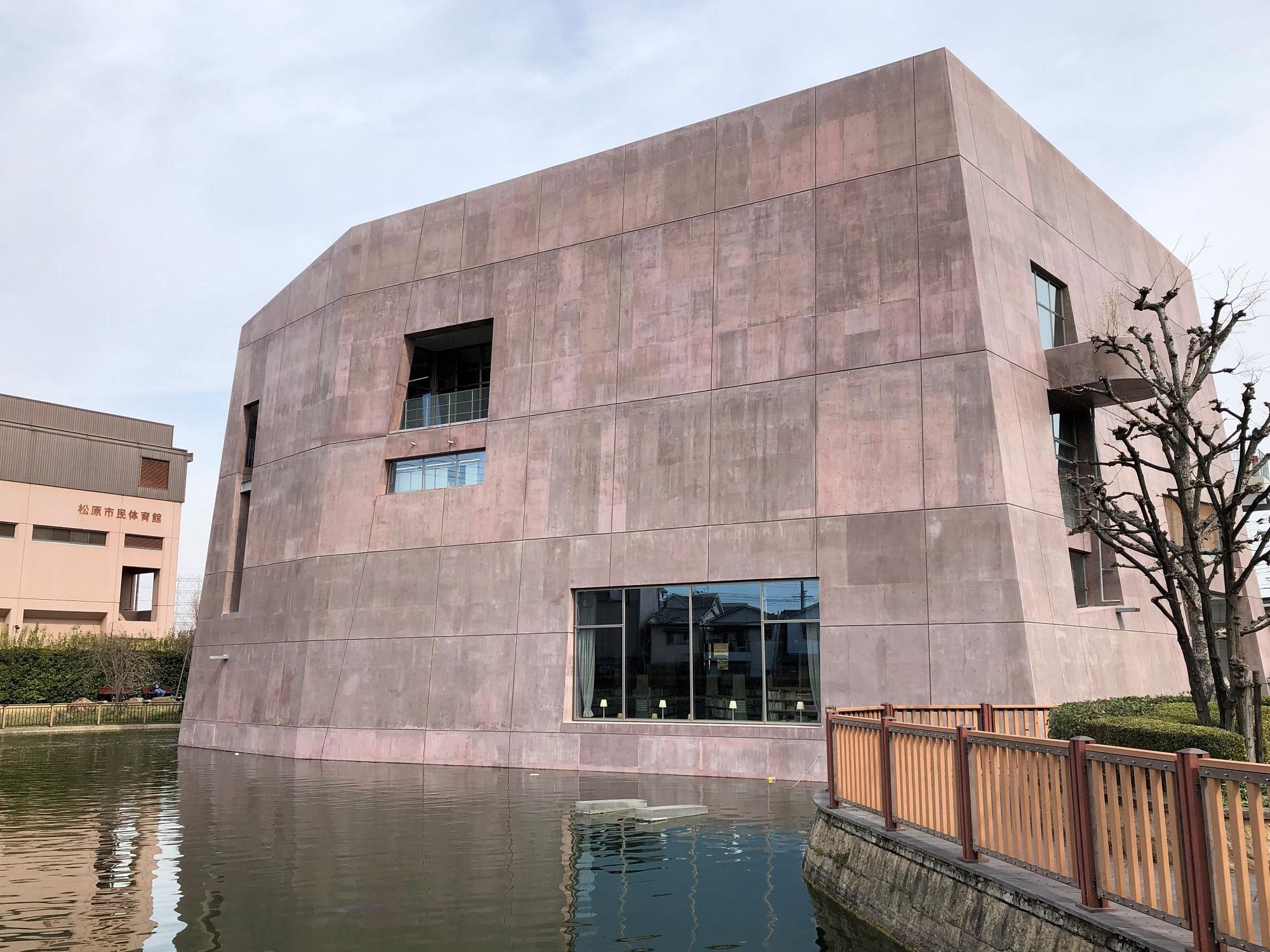 カラーコンクリート採用事例:松原市民松原図書館